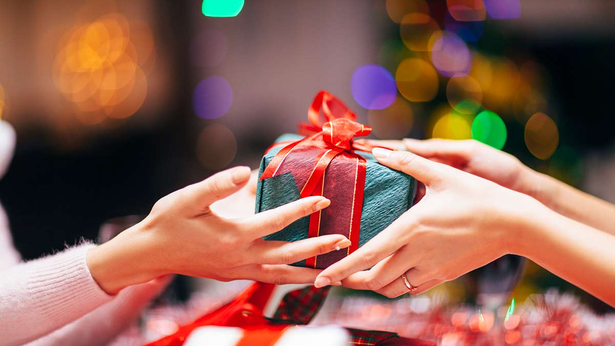 Exchanging green present with red bows